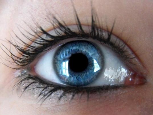 Какой цвет волос подходит к серо-голубому цвету глаз