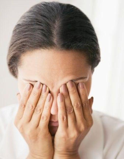 При напряжении болит глаз