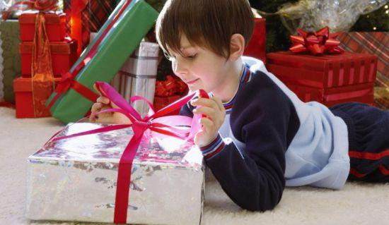 Дети любят получать подарки 761