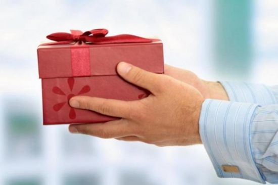 Можно ли дарить подарок с ценником 18