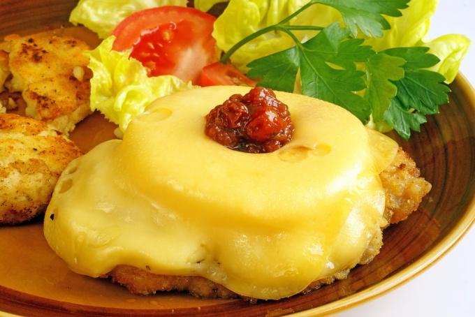Как приготовить свинину с сыром в духовке