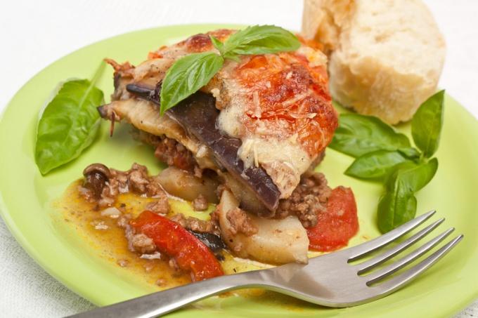 Как приготовить слоеное блюдо из овощей с зеленью