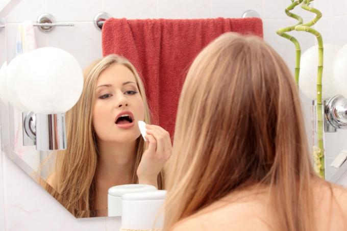 Как удалить макияж кокосовым маслом