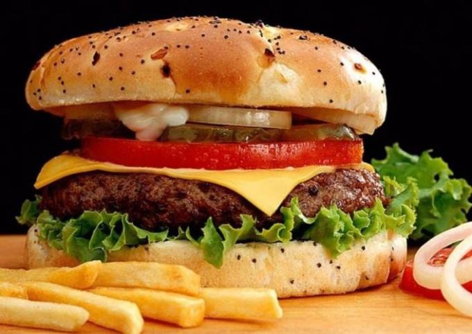 Гамбургер, в котором есть сыр, называется чизбургером.