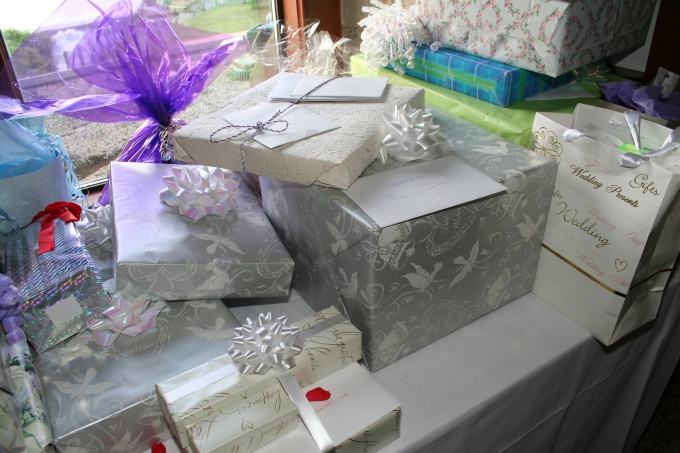 Как преподнести подарок на свадьбе