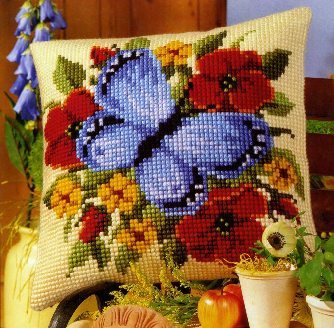 How to embroider a cross on the pillow