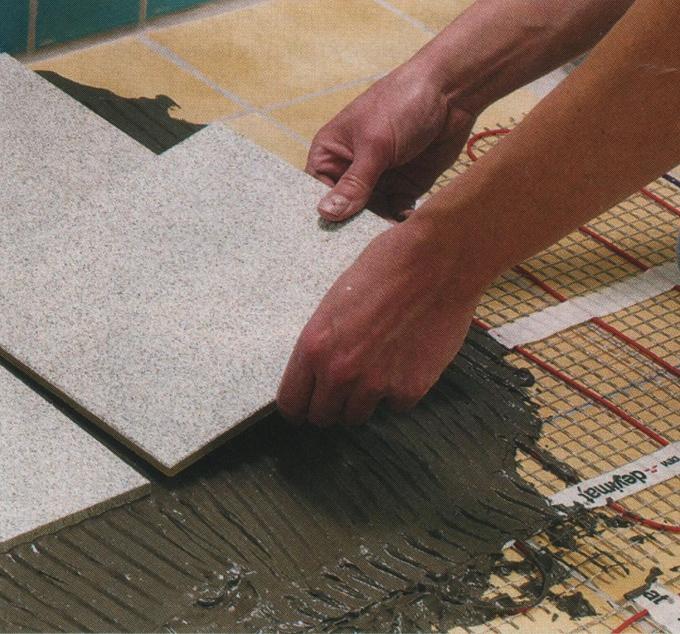 Как клеить напольную плитку