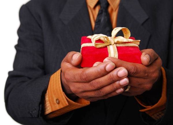 Как научить мужчину дарить подарки