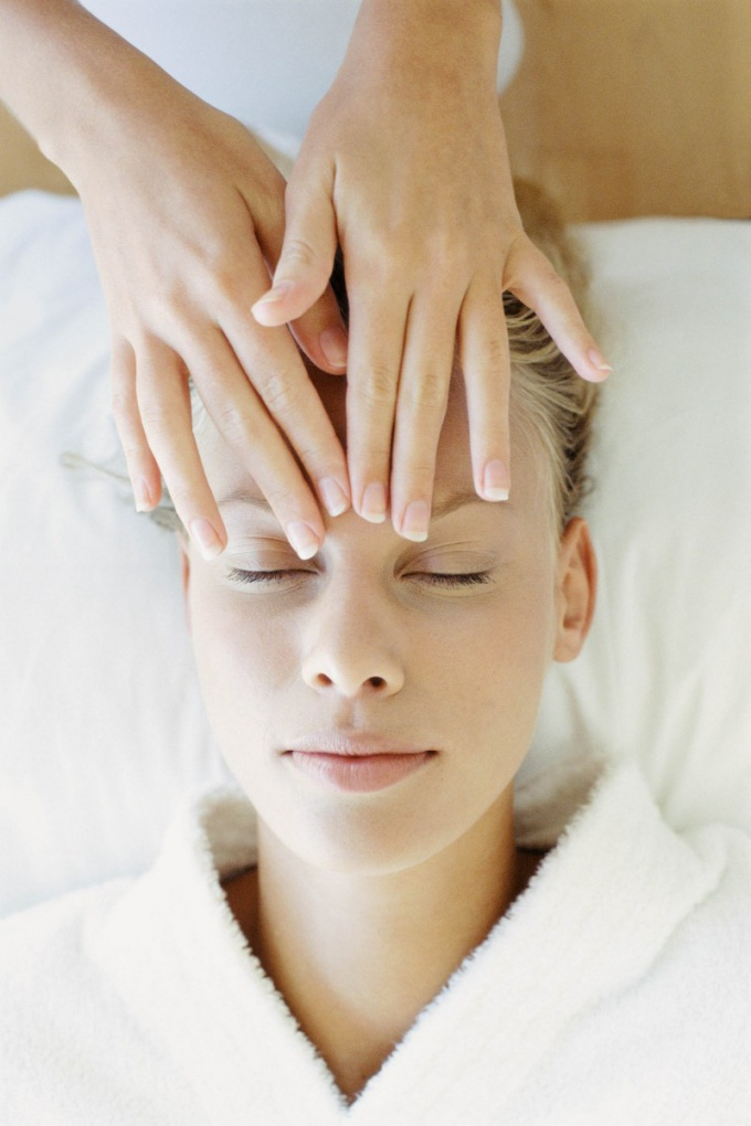 How to massage the eyelids