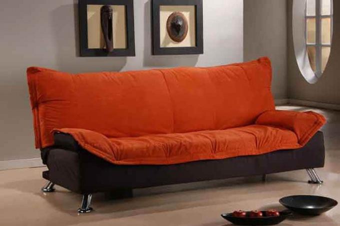 Как вывести пятно от крови с дивана