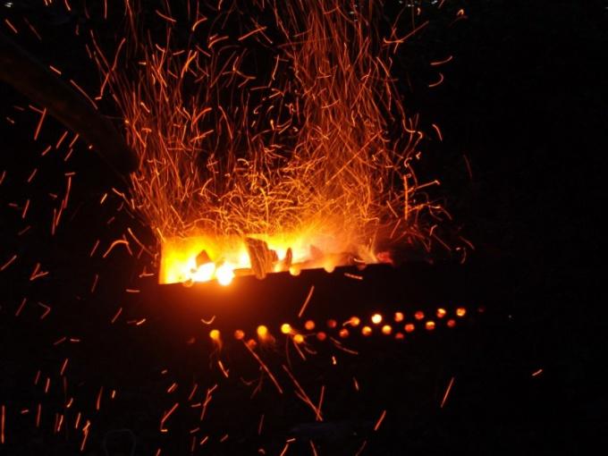 Как разжечь древесный уголь