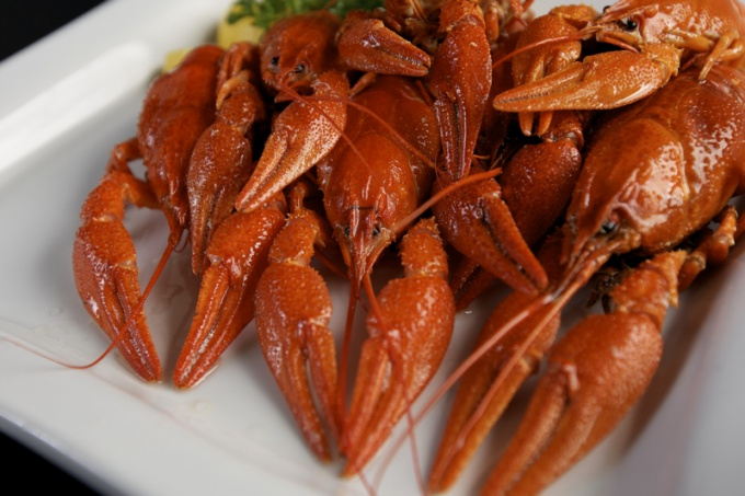 How to peel crawfish