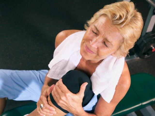 Как снять боли в коленях