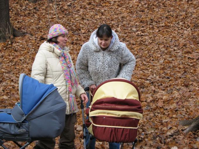 Как складывать детскую коляску