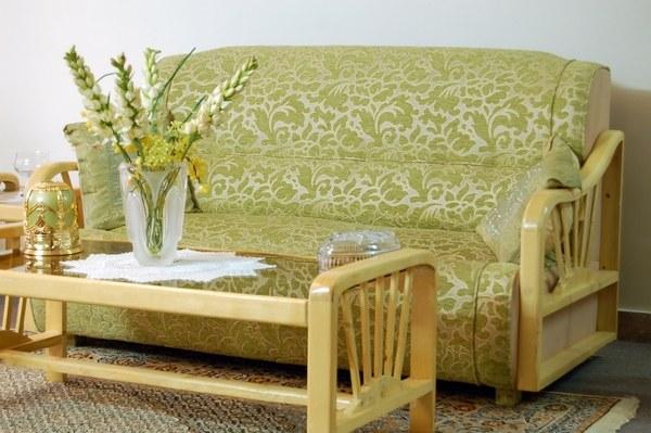 Как поставить диван в комнате
