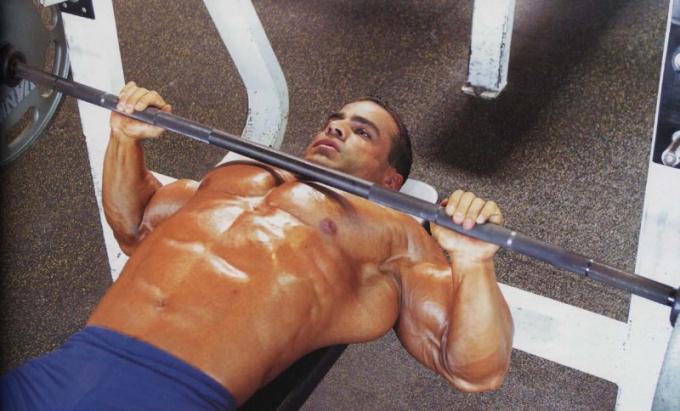 Как накачать широкую грудь