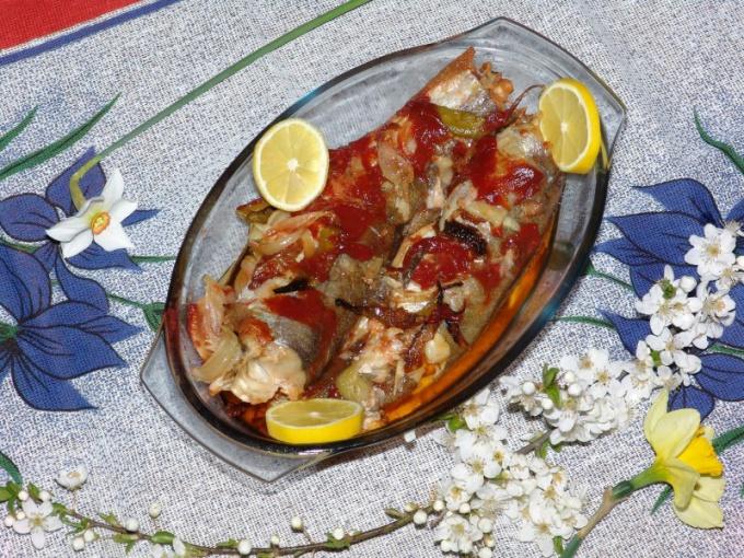Как запечь рыбу с овощами