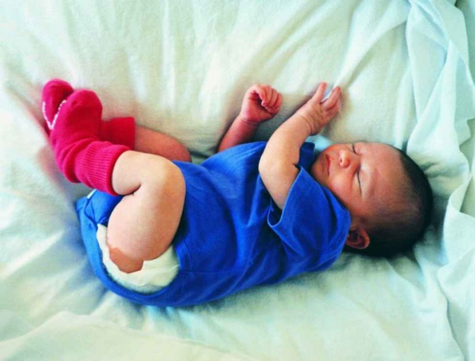 Как приучить новорожденного к кроватке