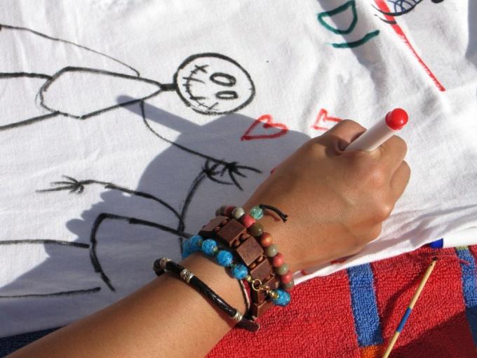 Как рисовать акриловыми красками на одежде