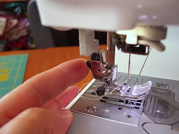 Как вставить нитки в швейную машину