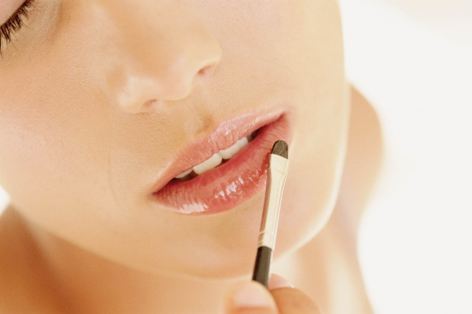 How to give lip gloss