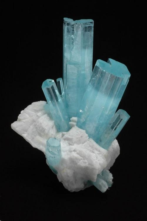 Аквамарин в природе, в виде необработанных кристаллов