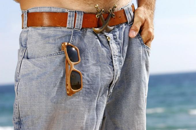 Как носить мужские джинсы