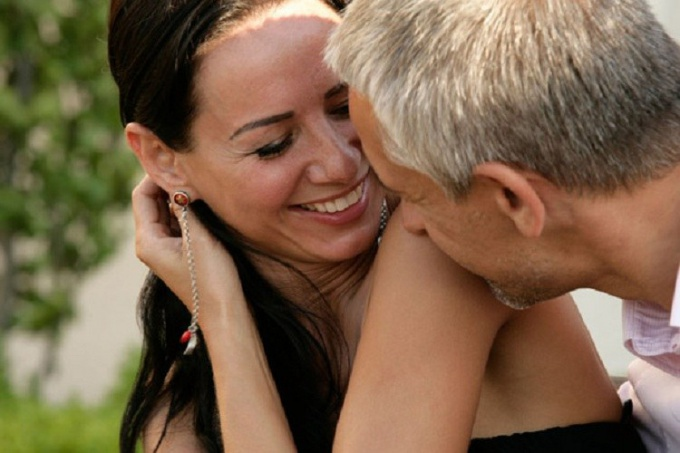 How to attract a man older than themselves