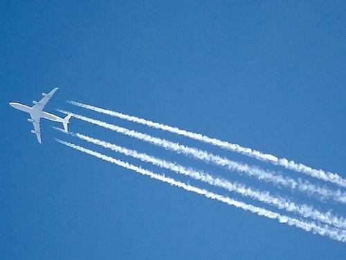 Почему самолет оставляет след