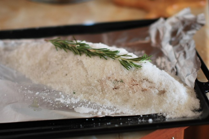 How to cook fish in salt