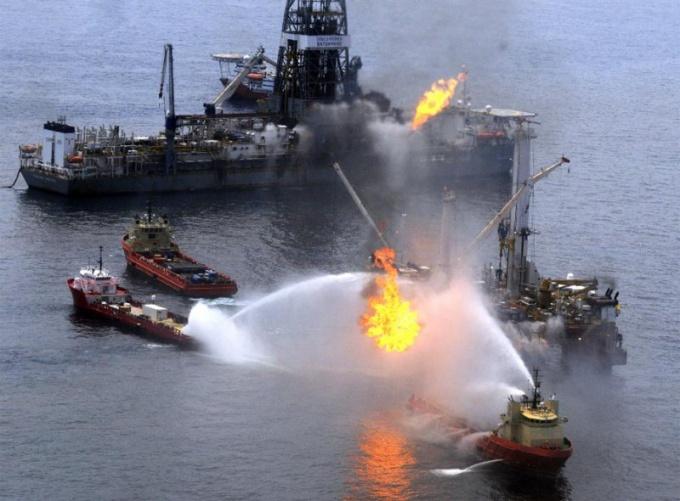 Почему нельзя тушить нефтепродукты водой