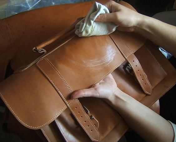 Как стирать кожаные сумки