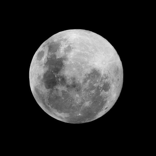 Почему луна светит ночью