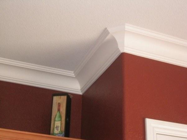 Как подогнать углы потолочных плинтусов