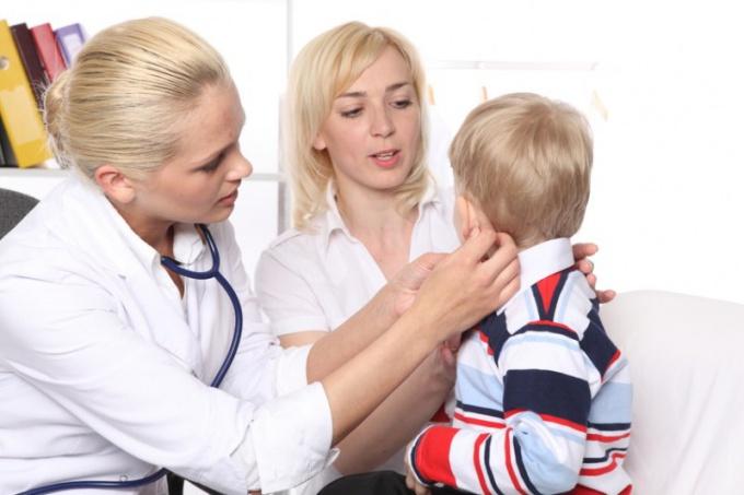 Как определить, что у ребенка болят уши