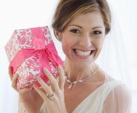 Как оформить подарок на свадьбу