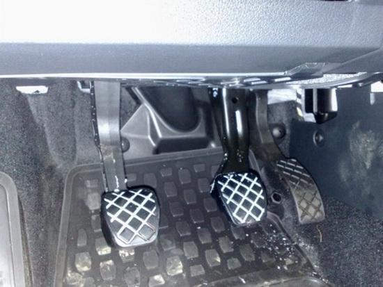 Как нажимать педали на машине