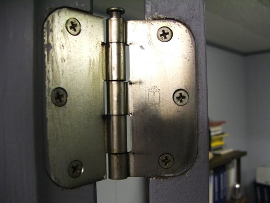How to put hinges on door