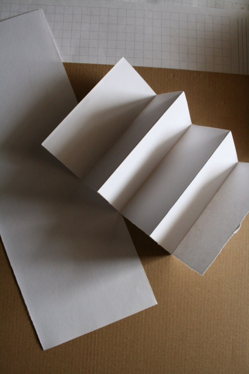 Как вырезать из бумаги человечков