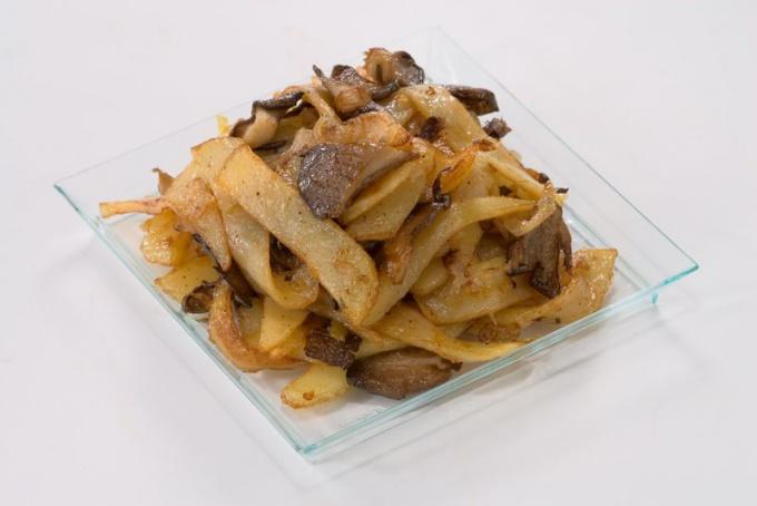 Как приготовить и украсить жареный картофель с грибами