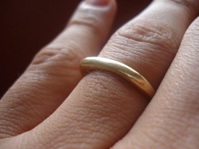 Почему палец чернеет от золотого кольца