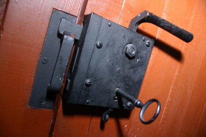 Как врезать дверной замок