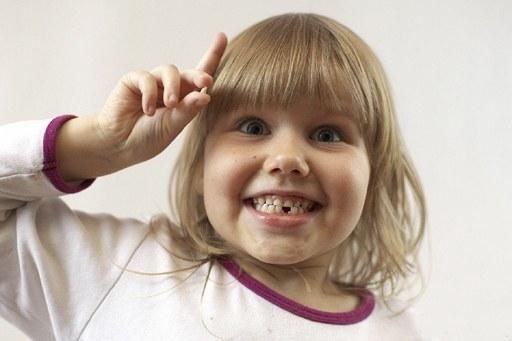 Как вырвать молочный зуб ребенку