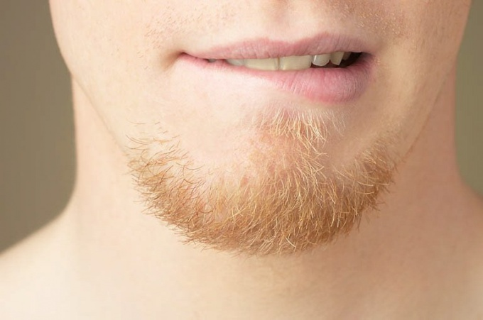 стимулирует рост волос на лице .