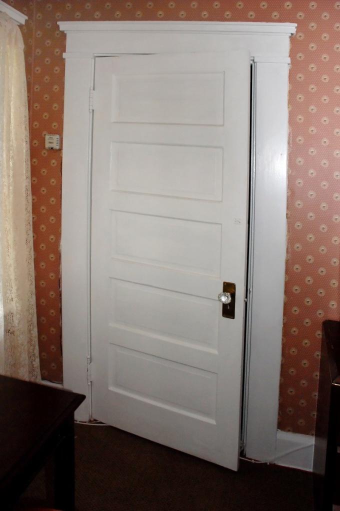 Как отремонтировать межкомнатную дверь