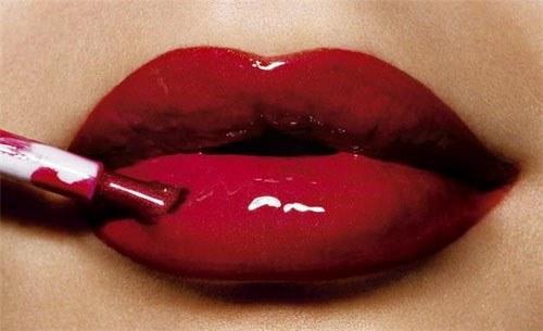 Как нанести блеск для губ правильно