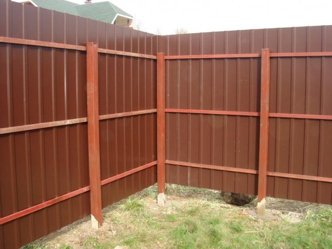 Как поставить металлический забор