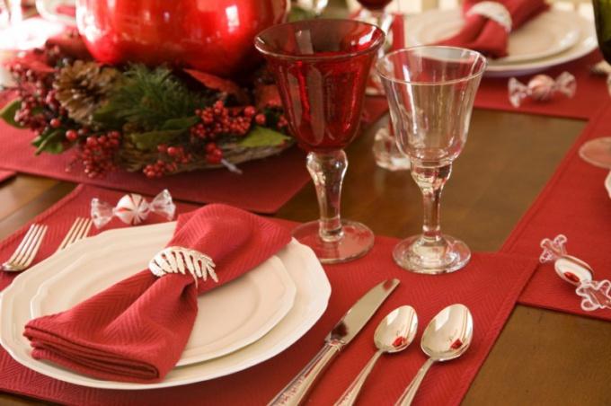 Как украсить новогодний стол салфетками