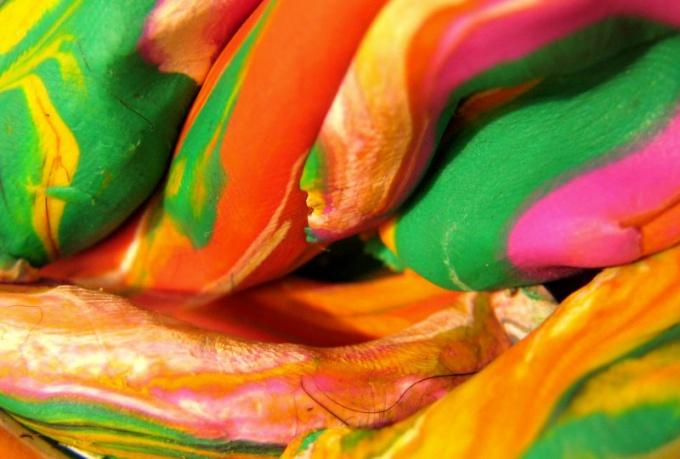 Как вывести пластилин с одежды