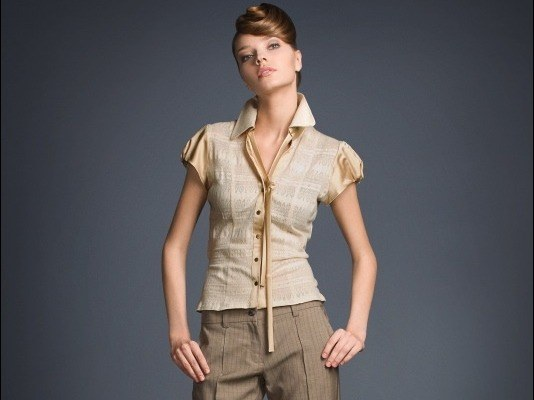 Как сочетать классические брюки с топами и блузами